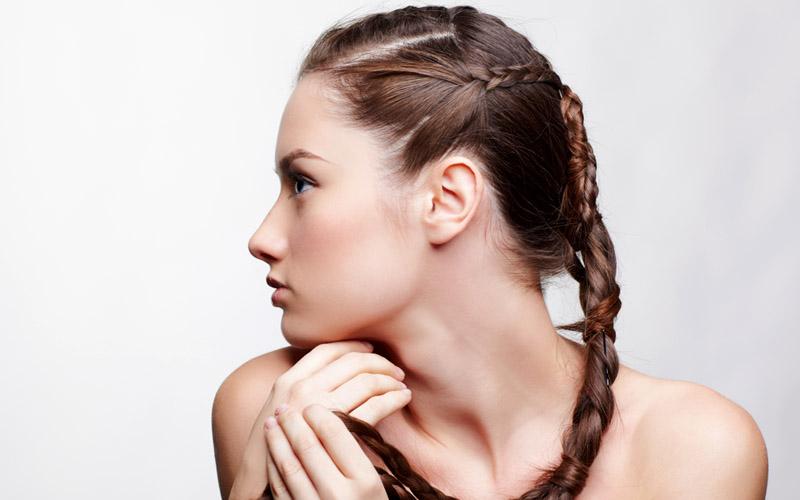 Peinados que favorecen la caída del cabello. Desde Centros Beltrán, expertos en todo tipo de soluciones capilares, queremos darte una serie de recomendaciones centrándonos especialmente en los peinados que favorecen la caída del pelo ya que peinarlo de forma incorrecta puede agravar el problema ¿quieres averiguar qué peinados son estos? ¡Te lo explicamos a continuación!